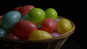 colpo rotante di decorazioni pasquali e caramelle in erba colorata pasqua - pasqua 032