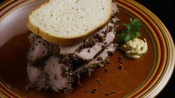 dose rotativa de delicioso sanduíche de pastrami premium ao lado de um bocado de mostarda dijon - alimento 027