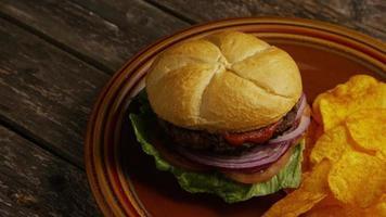 Foto giratoria de deliciosa hamburguesa y papas fritas - BBQ 159