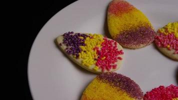 colpo cinematografico e rotante dei biscotti di Pasqua su un piatto - biscotti di Pasqua 008