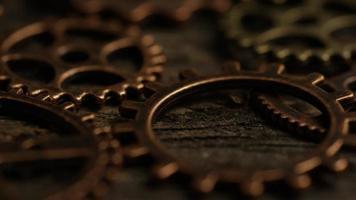 girato stock footage rotante di quadranti di orologi antichi e stagionati - quadranti 049