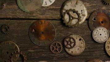 Imágenes de archivo giratorias tomadas de caras de relojes antiguas y desgastadas: caras de relojes 077 video