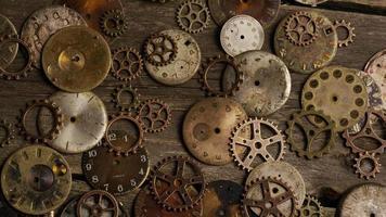 Imágenes de archivo giratorias tomadas de caras de relojes antiguas y desgastadas: caras de relojes 097 video