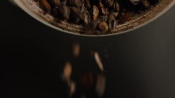 Imágenes en cámara lenta de suministros y procesos de elaboración casera de cerveza: elaboración de cerveza 009 video