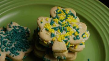 filmische, rotierende Aufnahme von Saint Patty's Day Cookies auf einem Teller - Cookies St Patty 025 video