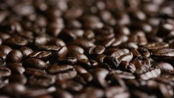 Foto giratoria de deliciosos granos de café tostados sobre una superficie blanca - granos de café 051
