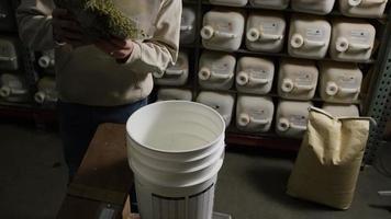 Imágenes en cámara lenta de suministros y procesos de elaboración casera de cerveza: elaboración de cerveza 022 video
