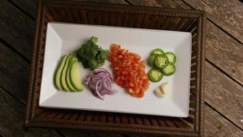 colpo rotante di verdure fresche e belle su una superficie di legno - barbecue 109