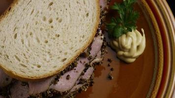 dose rotativa de delicioso sanduíche de pastrami premium ao lado de um bocado de mostarda dijon - alimento 029