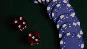 tiro giratório de cartas de pôquer e fichas de pôquer em uma superfície de feltro verde - pôquer 053 video