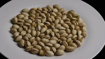 Tir cinématique et rotatif de pistaches sur une surface blanche - pistaches 011