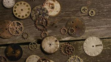 Imágenes de archivo giratorias tomadas de caras de relojes antiguas y desgastadas - caras de relojes 075 video