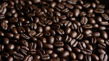 dose rotativa de deliciosos grãos de café torrados em uma superfície branca - grãos de café 012 video