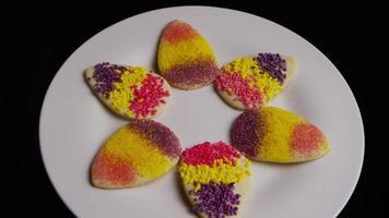 Colpo cinematografico e rotante di biscotti pasquali su un piatto - biscotti pasquali 006
