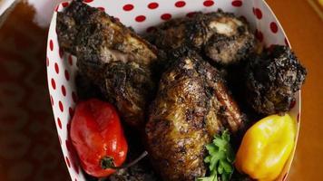 dose rotativa de deliciosas asas de frango - comida 022