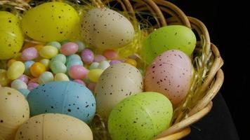 colpo rotante di decorazioni pasquali e caramelle in erba colorata pasqua - pasqua 061
