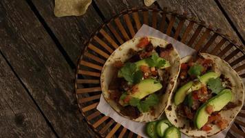 Foto giratoria de deliciosos tacos sobre una superficie de madera - barbacoa 129