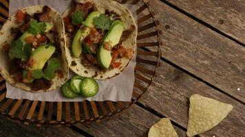 Foto giratoria de deliciosos tacos sobre una superficie de madera - barbacoa 128
