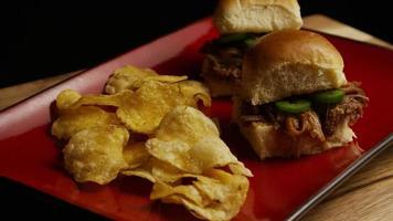 rotierende Aufnahme von köstlichen Pulled Pork Slidern - Grill 093