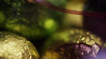 Foto giratoria de coloridos dulces de Pascua sobre un lecho de pasto de Pascua - Pascua 257