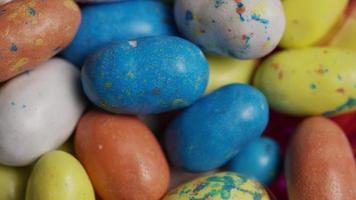 Tourné de bonbons de Pâques colorés sur un lit d'herbe de Pâques - Pâques 119