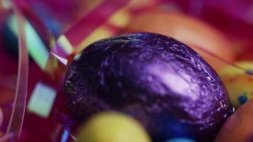 Foto giratoria de coloridos dulces de Pascua sobre un lecho de pasto de Pascua - Pascua 181