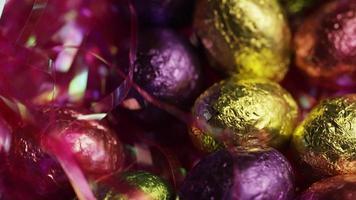 Foto giratoria de coloridos dulces de Pascua sobre un lecho de pasto de Pascua - Pascua 211