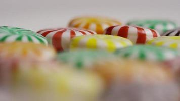 colpo rotante di un mix colorato di varie caramelle dure - caramelle miste 038