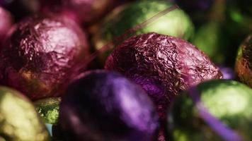 Foto giratoria de coloridos dulces de Pascua sobre un lecho de pasto de Pascua - Pascua 250