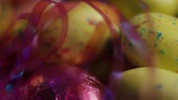 Foto giratoria de coloridos dulces de Pascua sobre un lecho de pasto de Pascua - Pascua 183