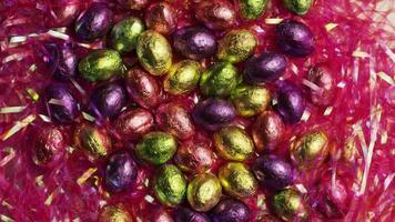 Foto giratoria de coloridos dulces de Pascua sobre un lecho de pasto de Pascua - Pascua 199