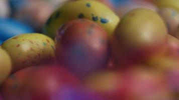 Foto giratoria de coloridos dulces de Pascua sobre un lecho de pasto de Pascua - Pascua 153