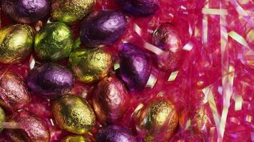 Foto giratoria de coloridos caramelos de Pascua sobre un lecho de pasto de Pascua - Pascua 202
