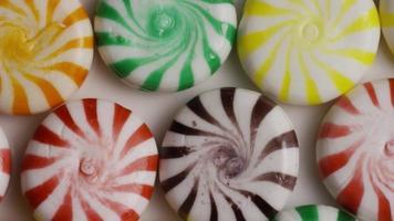 colpo rotante di un mix colorato di varie caramelle dure - caramelle miste 010
