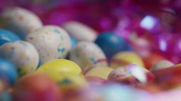 Foto giratoria de coloridos dulces de pascua sobre un lecho de pasto de pascua - pascua 152