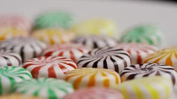 foto rotativa de uma mistura colorida de vários doces duros - doce misturado 032 video