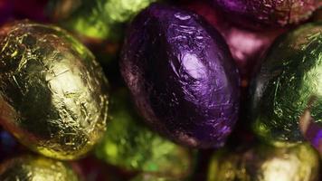 Foto giratoria de coloridos dulces de Pascua sobre un lecho de pasto de Pascua - Pascua 232