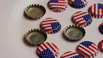 foto rotativa de tampas de garrafa com a bandeira americana impressa - tampas de garrafa 009
