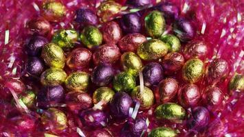 Foto giratoria de coloridos dulces de Pascua sobre un lecho de pasto de Pascua - Pascua 207
