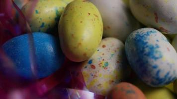 Foto giratoria de coloridos dulces de Pascua sobre un lecho de pasto de Pascua - Pascua 132