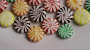foto rotativa de uma mistura colorida de vários rebuçados - rebuçados misturados 004 video