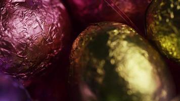 Foto giratoria de coloridos dulces de Pascua sobre un lecho de pasto de Pascua - Pascua 215
