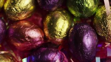 Foto giratoria de coloridos dulces de Pascua sobre un lecho de pasto de Pascua - Pascua 205