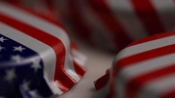 foto rotativa de tampas de garrafa com a bandeira americana impressa nelas - tampas de garrafa 045