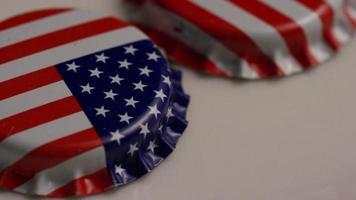 foto rotativa de tampas de garrafa com a bandeira americana impressa nelas - tampas de garrafa 014