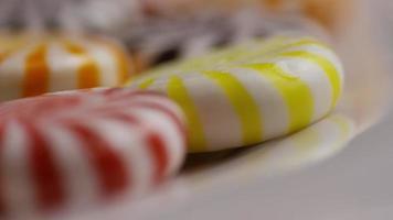 Foto giratoria de una colorida mezcla de varios caramelos duros - caramelo mezclado 036