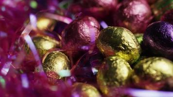 Foto giratoria de coloridos dulces de Pascua sobre un lecho de pasto de Pascua - Pascua 248