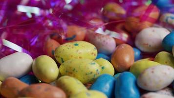 Foto giratoria de coloridos dulces de Pascua sobre un lecho de pasto de Pascua - Pascua 140