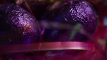 Foto giratoria de coloridos dulces de Pascua sobre un lecho de pasto de Pascua - Pascua 214