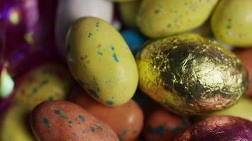 Foto giratoria de coloridos dulces de Pascua sobre un lecho de pasto de Pascua - Pascua 168